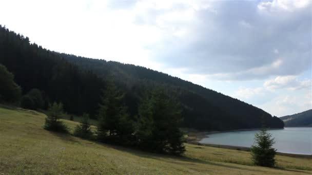 Zalesněném břehu jezera časová prodleva