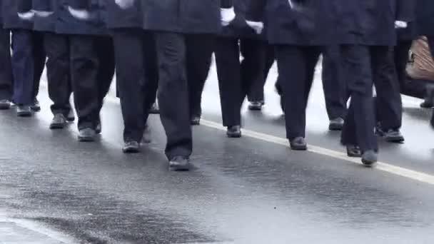 Blaue einheitliche Offiziere zu Fuß