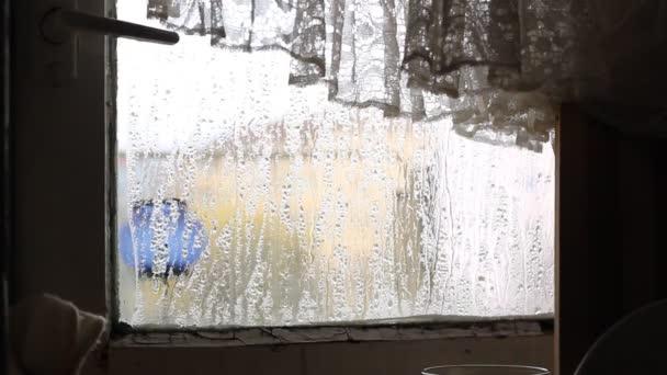 Kondenzace na rozbité okno