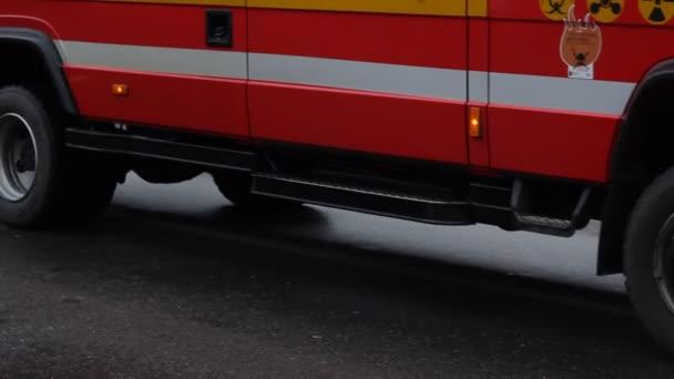 Požární vůz pomalu prochází
