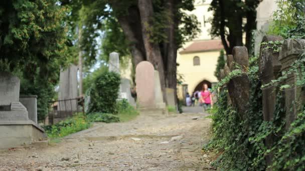 Emberek a temetőben