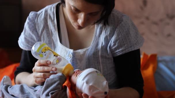 Mutter ernährt ihr neu geboren
