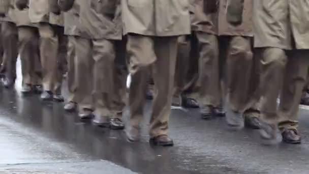 Offiziere marschieren vorbei