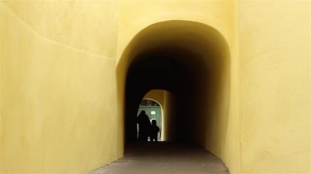 Siluety procházel tmavé tunelu