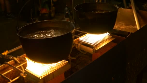 V noci kotel jídlo vaření