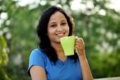 Fotografie Junge Frau Kaffeetrinken auf im freien