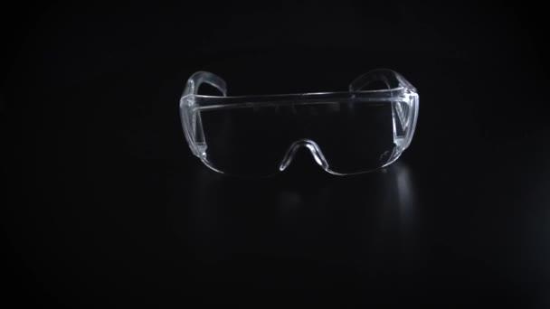 Schutzbrille auf schwarzem Hintergrund
