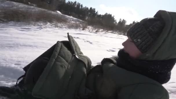 Rutschpartie im Freien im Winter Mutter und Sohn mit Dackelhund haben Spaß an einem gesunden Lebensstil