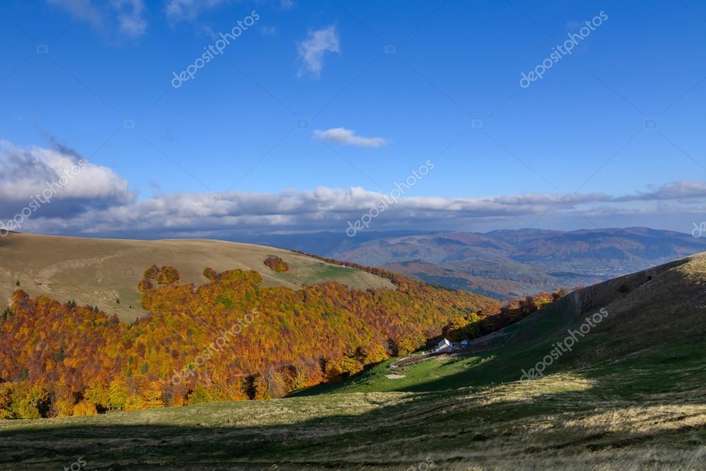 Paesaggio di montagna autunno orizzontale con la casa for Piani di casa di montagna con seminterrato sciopero