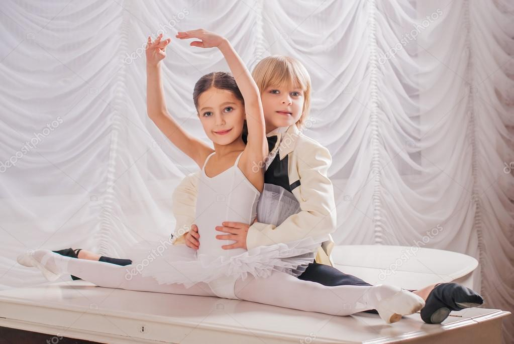 En puntas y a volar - Página 13 Depositphotos_61802347-stock-photo-children-in-ballet-duet