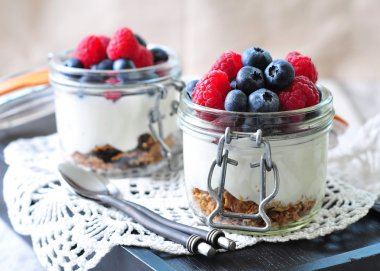 homemade granola with fresh yougurt, blueberries, raspberries, raisins and organic agave nectar. Healthy Breakfast