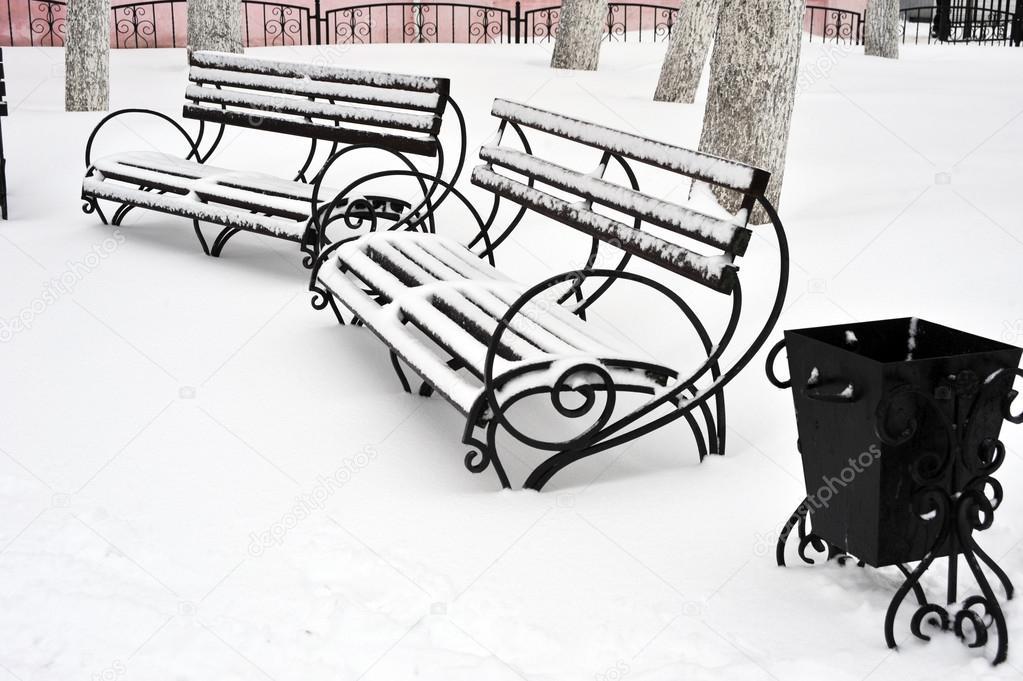 Muebles al aire libre. Banco de madera Parque con la urna. Parque de ...