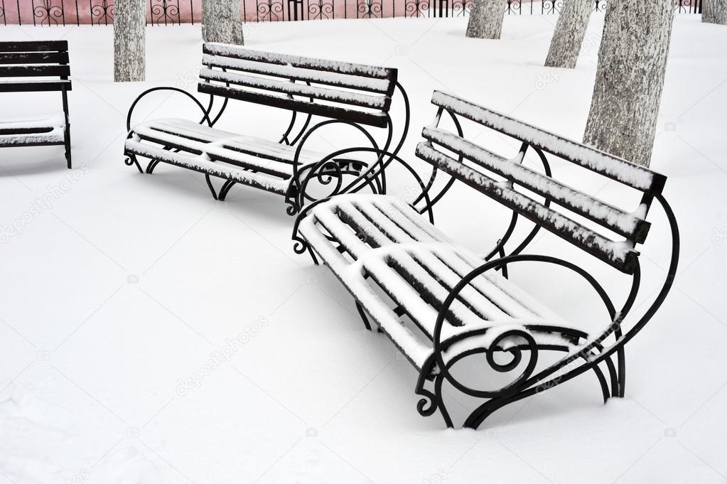 Muebles al aire libre. Banco de Parque de madera. Parque de invierno ...