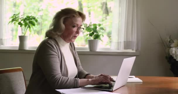 Frau mit Laptop erledigt Formalitäten beim Bezahlen von Rechnungen über E-Bank-App