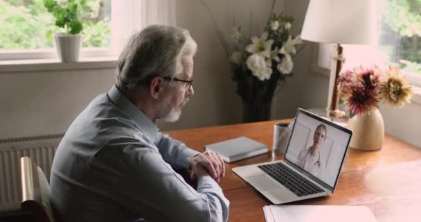 Alter Mann spricht per Videokonferenz mit Therapeut