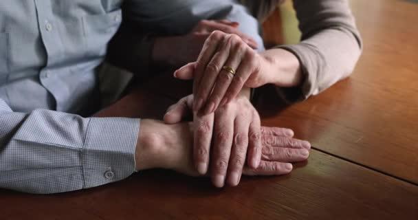 Frau streichelt Mann Hand und zeigt Empathie aus nächster Nähe