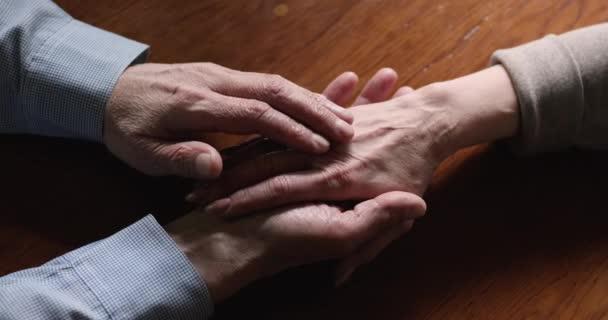 Idős szerelmesek, kéz a kézben.