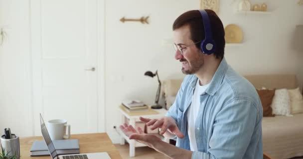 Junger männlicher Lehrer führt Videoanruf-Gespräch mit Schülern.