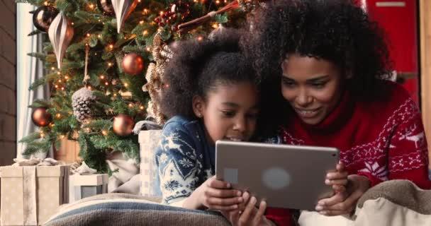 Afričanky maminka a dcera pomocí tablet koupit vánoční dárky on-line