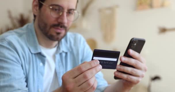 Jung hübsch mann zufrieden mit einfach payment service nutzung.