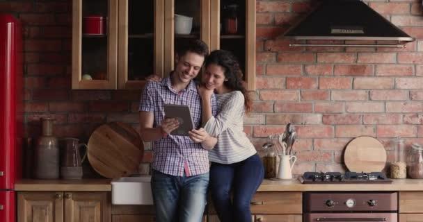 Pár pomocí tabletu vyhledávání nápady interiéru kuchyně na internetu