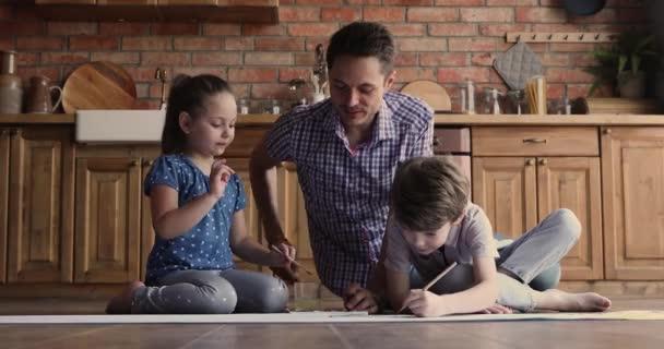 Vater und kleine Kinder malen mit Farben auf Papier