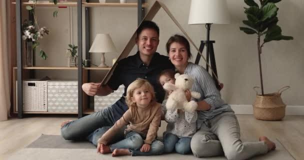 Portrét šťastných majitelů domů mladá rodina s malými dětmi