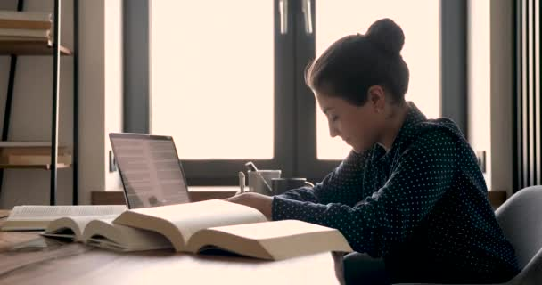 Mladá indiánská etnika studentka studující doma.