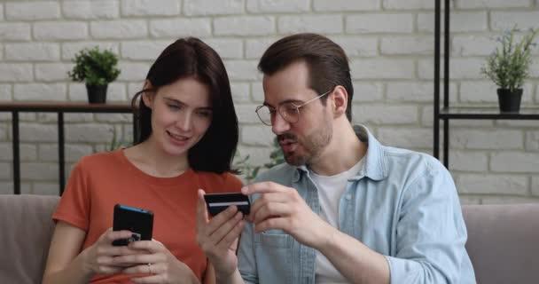 Glückliches Paar beim Online-Einkauf.