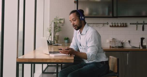 Afrikaner tragen Kopfhörer mit Laptop und Videotelefonie-App