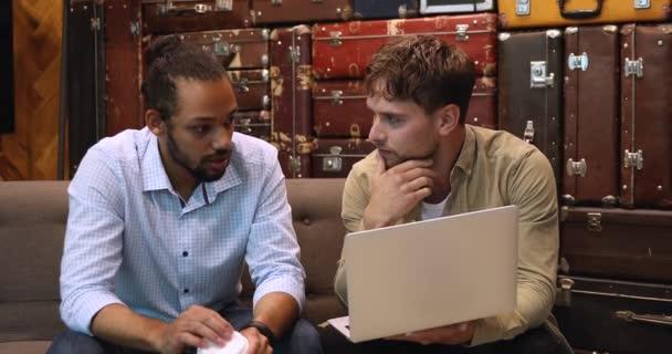 Různí kolegové používají notebook diskutovat o projektu plánu, sdílet informace