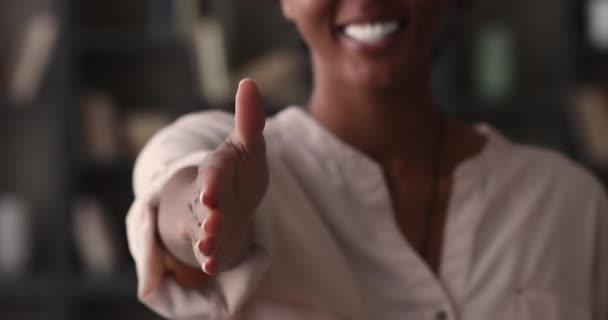 Afrikanerin reicht Hand zum Händedruck, Nahaufnahme