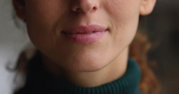 Weites weißes Lächeln der Frau, Nahaufnahme Gesicht Teil Ansicht