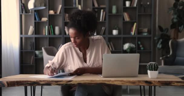 Africká manažerka připravuje finanční zprávu píše korekce dělat papírování