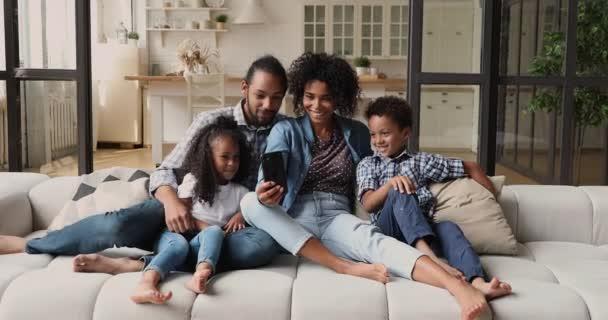 Afrikanisches Paar hat Spaß mit Handy-App