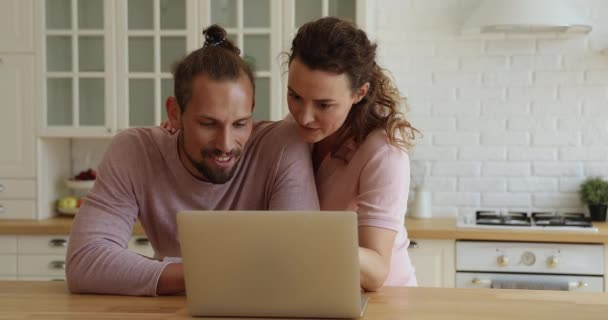 Pár segítségével laptop megvitassák vásárlás az interneten álló konyha