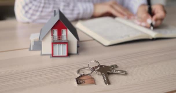 Nahaufnahme junge Frau plant Kauf eines eigenen Hauses.
