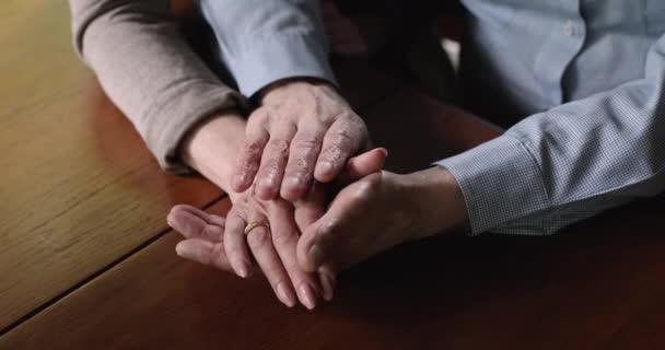 Nahaufnahme älterer Ehemann streichelt faltige Hand oder reife Frau.