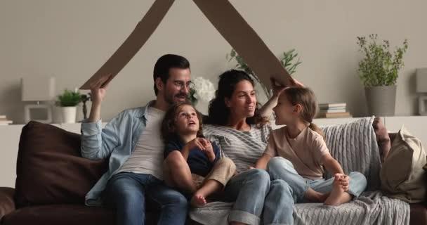 Rodina s dětmi pod lepenkovou střechou, koncept bankovního úvěru