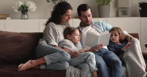 Szerető szülők könyvet olvasnak kisfiúknak és kislányoknak