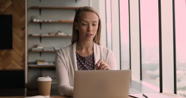 Összpontosított vonzó szőke üzleti nő dolgozik a számítógép az irodában.
