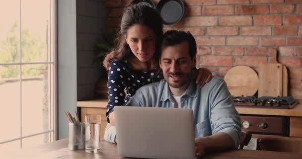 Örömteli pár ellenőrizze e-mail használata laptop ünneplik nagy hír érkezett