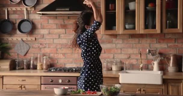 Játékos háziasszony főzés növényi egészséges saláta nevetés zsonglőrködés paradicsommal