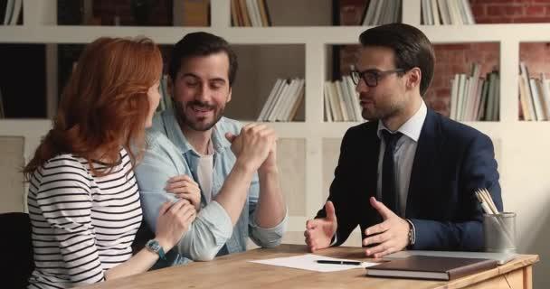 Šťastný pár podepsat nájemní smlouvu přijímání klíčů a handshake agent