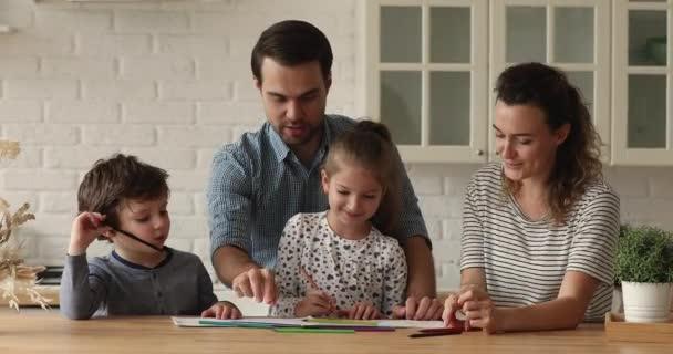 Familie versammelt sich in der Küche mit bunten Bleistiften am Skizzenbuch