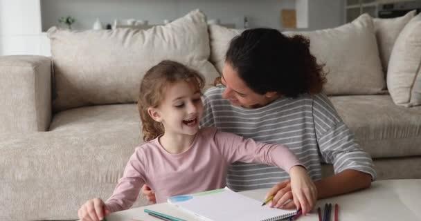 Mladá matka a dcera kresba s tužkami v skicáku