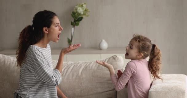 Logopädin bringt kleinem Mädchen gesunde Aussprache bei