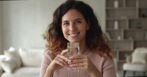 Žena drží sklo, aby usrkávání vychutnat sladkou vodu