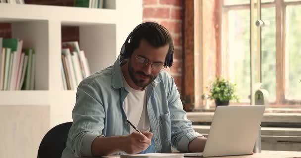 Boldog fiatal 30-as évek férfi néz oktatási online előadás.