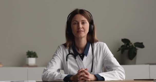 Lächelnder junger gp-Arzt berät Patienten distanziert.